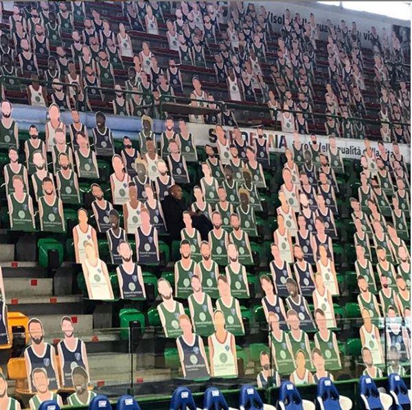 Dinamo Sassari: cartonati dei propri giocatori sugli spalti del PalaSerradimigni